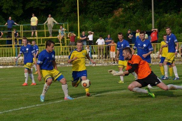 Gólman MFK Sobrance B. Kica hlavne vdruhom polčase zmaril viacero vyložených šancí rožňavských hráčov.