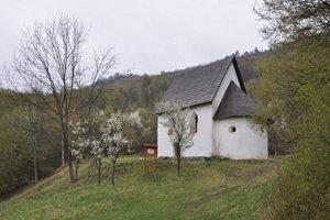 Kaplnka sv. Anny za Hrušovom. Domácim každoročne slúži ako pútnické miesto.