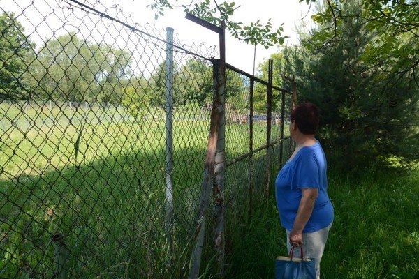Nový nájomca plotom ohradil plot záhrady Szabóovcov.