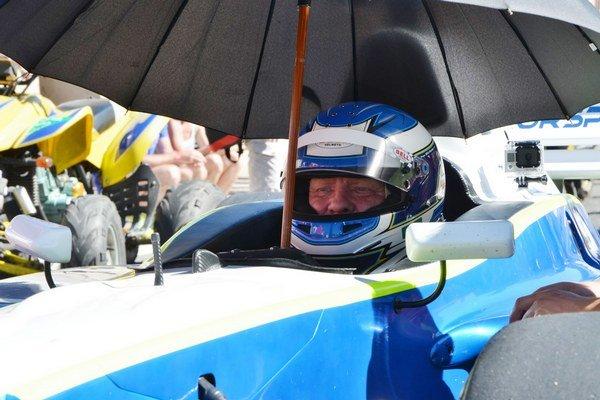 Pred štartom. Jaroslav Krajči v kokpite formule Lola B02/50.