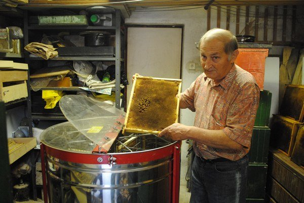 Ťažká práca. Včelárstvo, to je aj fyzická práca.