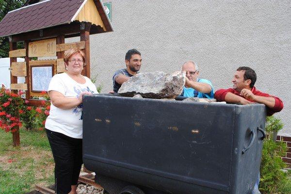 Starostka Ž. Gomosová s pomocníkmi pri osadzovaní banského vozíka neďaleko od úradu.
