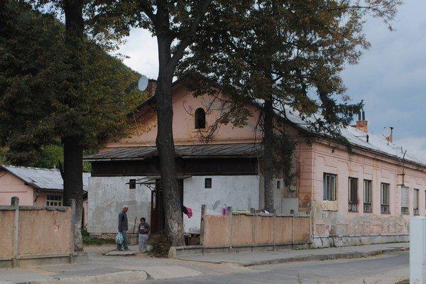 Rožňavská Baňa. Sociálne byty obývajú neprispôsobiví občania.
