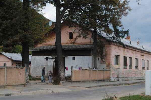 Nájomníci v Rozňavskej Bani. Sú dôvodom nespokojnosti ďalších bývajúcich.