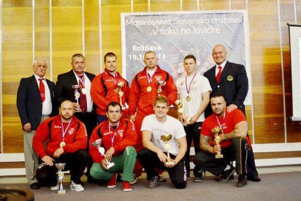 Medailisti. Pretekári Herkulesa Rožňava získali druhé a tretie miesto.