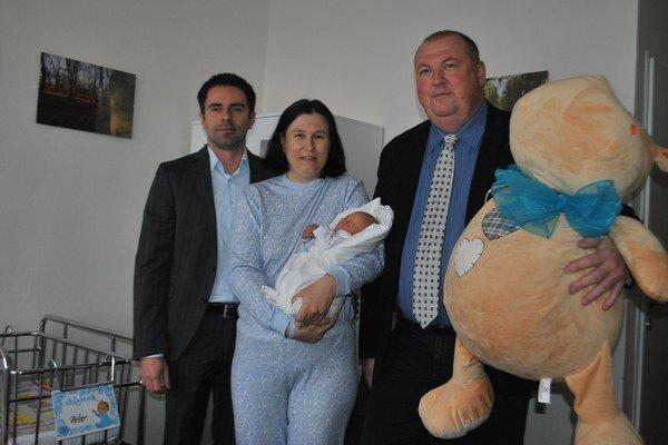 Peťko s mamičkou. Medzi gratulantmi nechýbal riaditeľ nemocnice aj primátor Rožňavy.