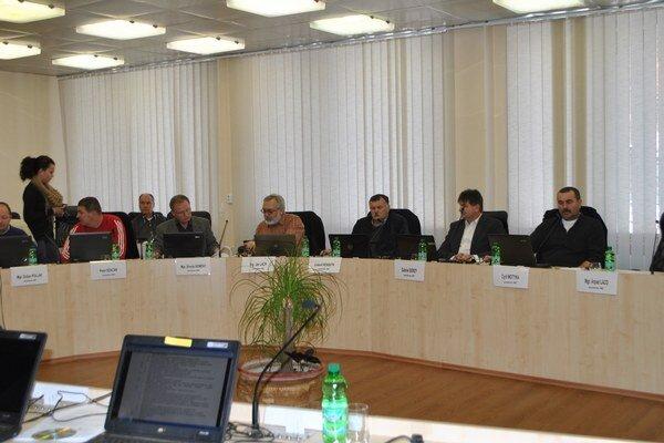 Rožňavskí poslanci. Účasť na rokovaniach mestského zastupiteľstva je jednou z poslaneckých povinností.