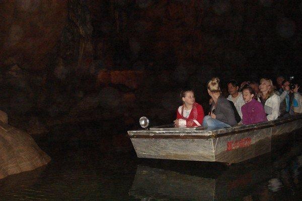 Člnkovanie v jaskyni. Prehliadka jaskyne Domica z člna patrí k atrakciám pre návštevníkov.
