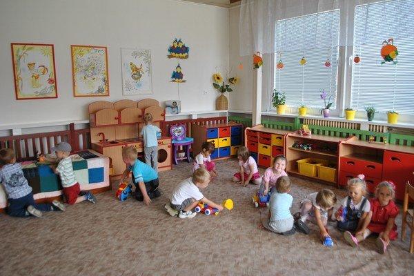 Rodičia za pobyt dieťaťa v predškolskom zariadení prispievajú zriaďovateľovi čiastočnými úhradami.