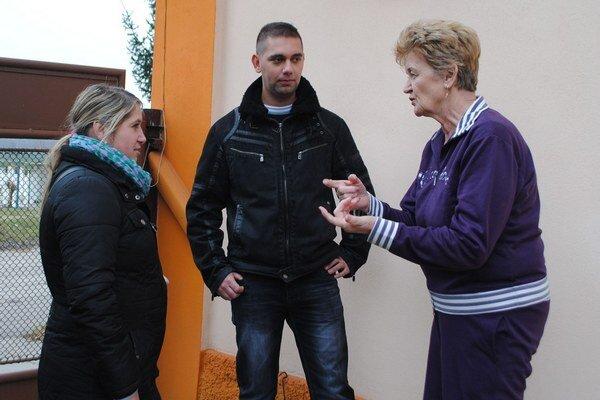 Sociálni pracovníci v diskusii s miestnou. Zľava Lucia Csuporiová, Dávid Zsiga a Magdaléna Nogeová.