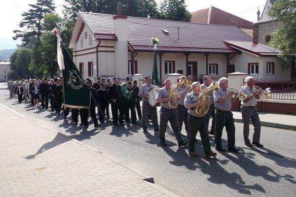 Pochod baníkov mestom. Každoročne je oslavou baníckej tradície.