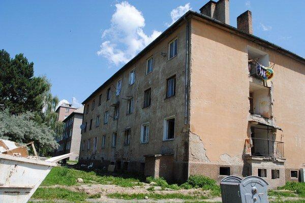 Zničená budova na Zlatej ulici. Napriek výzvam je stále obsadená nájomníkmi.