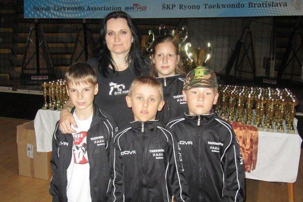 Trénerka Nora Angyalová a jej zverenci.