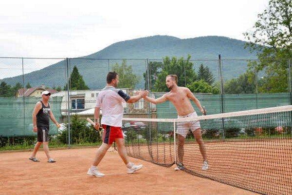 Semifinále. V prvom semifinále zdolal T. Havko (vpravo) po boji M. Almášiho.