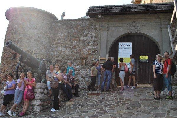 Ľudia pred vstupnom bránou. Desiatky ľudí sa prišli pozrieť na priebeh rekonštrukcie.