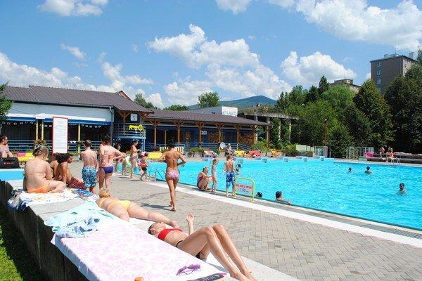 Letné kúpalisko v Rožňave. Túto sezónu si množstvo teplých dní rekreanti neužili.