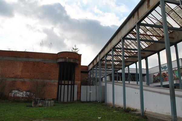 Plaváreň v Rožňave. Práce na stavbe ukončili v čase, keď bolo potrebné už len zabetónovať 25–metrový bazén.