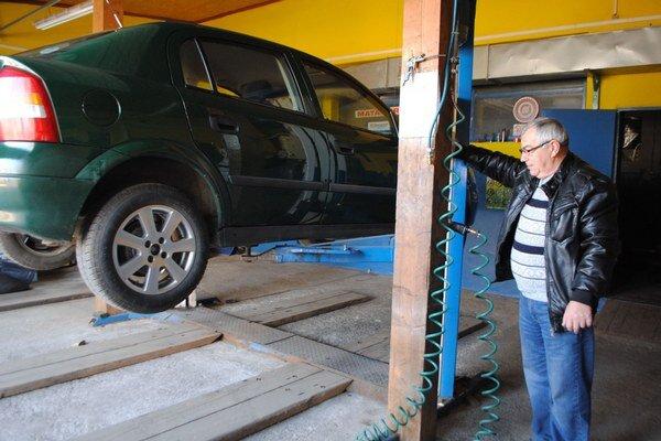 L. Pogány pri príprave vozidla na prezúvanie pneumatík.