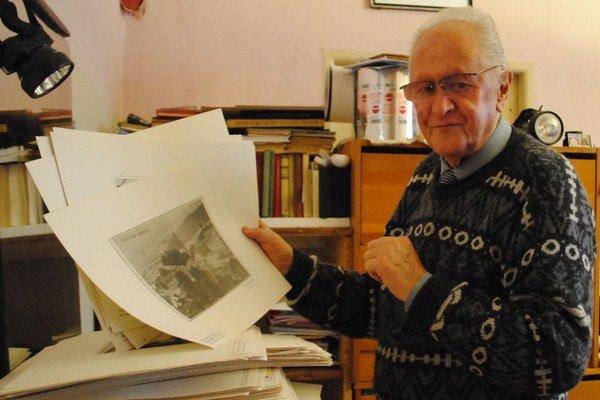 M. Sajenko. Pri vrchovatej kope archívnych fotografií z poslaneckej práce.