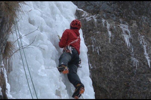 Horolezci. Pri zdolávaní zamrznutého vodopádu.