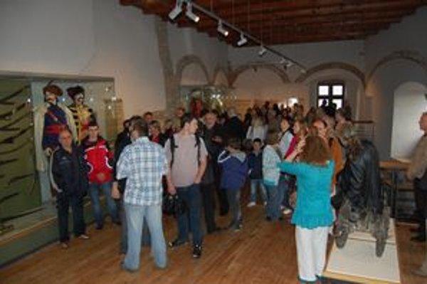 Gotický palác na hrade. Na jeho znovuotvorení sa zúčastnilo množstvo návštevníkov.