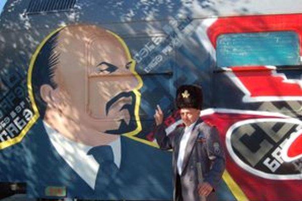 Ján Vojta pri podobizni Lenina.