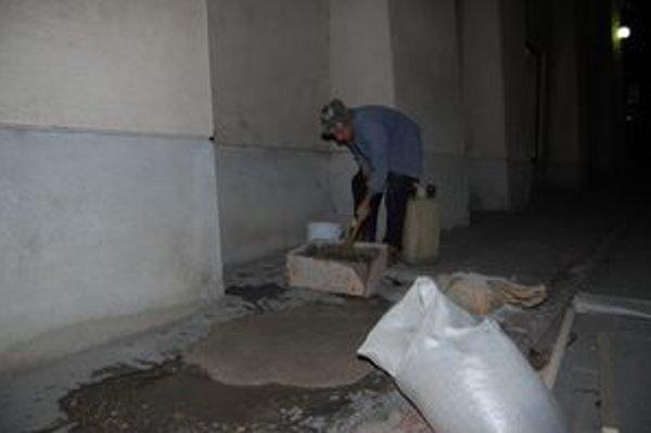 V Rožňave zatiaľ opravoval chodníky iba Milan Capák.