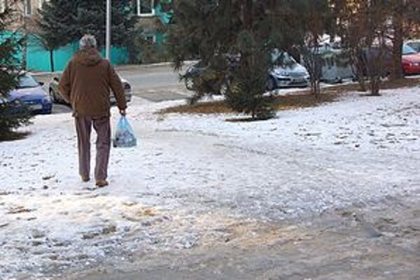 Niektoré z chodníkov sú stále pokryté ľadom a bez posypu.