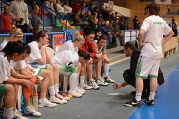 Šiesta prehra. Basketbalistky MBK Región sa v tomto roku ešte z víťazstva netešili.