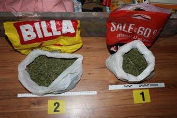 Marihuana. Viac ako 322 gramov tejto rastliny našli policajti pri prehliadke bytu.