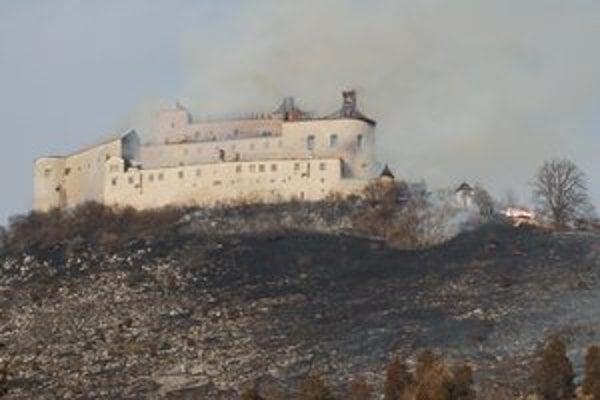 Strecha hradu Krásna Hôrka úplne zhorela. Hasiči zasahujú vo vnútri hradu.