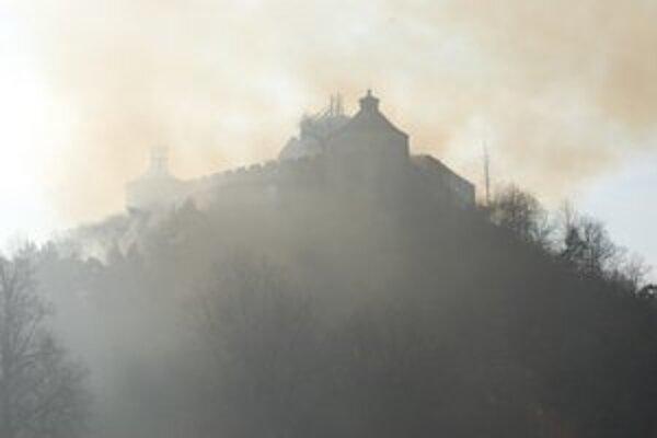 Po sobotňajšom požiari sa na hrade opäť rozhorelo.