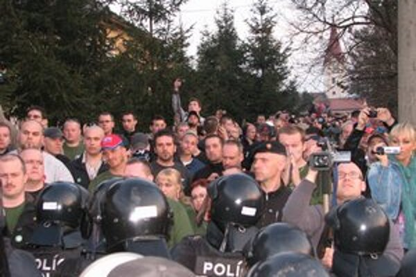Polícia demonštrantov do osady nepustila.