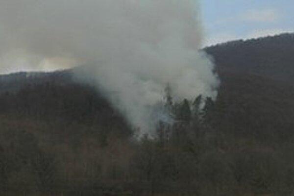 Požiar. Z lesa nad Rožňavou sa valil hustý dym.