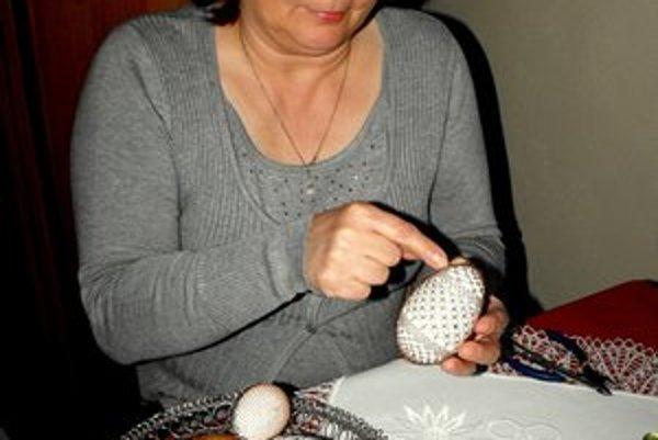 Jarmila Kalmanová. Okrem paličkovania sa venuje opletávaniu drôtom.
