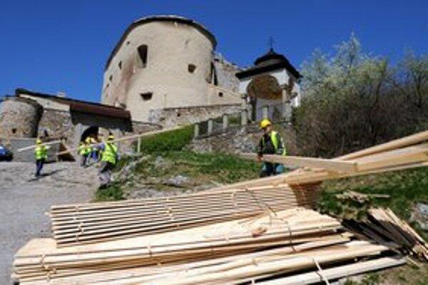 Práce na požiarom zničenom hrade Krásna Hôrka.