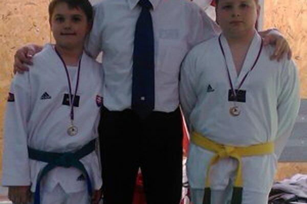 Medailisti Gabriel Hiczér spolu so synom Gabim a Filipom Bakošom.