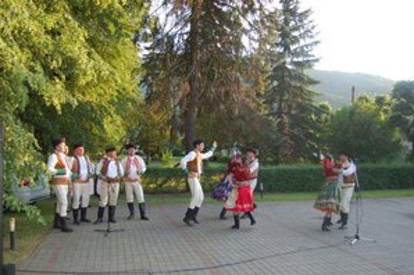Program. Stavanie mája bolo spestrené tancom.