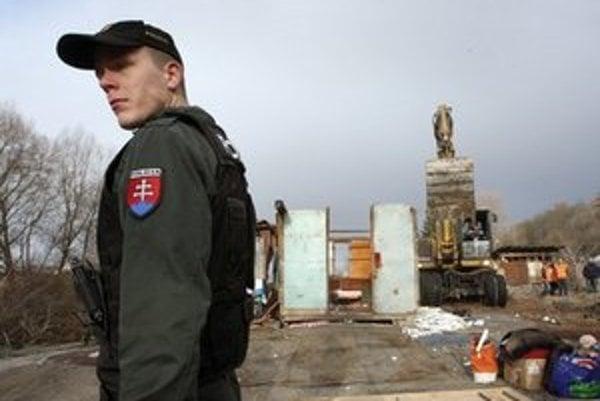 Problémy sú nielen pod zničenou Krásnou Hôrkou. Chatrče minulý rok búrali v Žiari nad Hronom.
