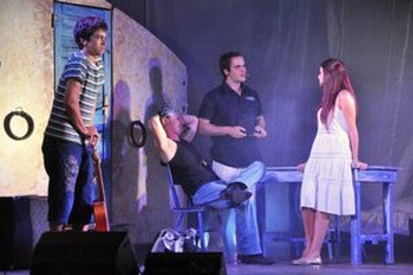 Mama Mia! Muzikál s hitmi skupiny ABBA v podaní Novozámockého rockového divadla.