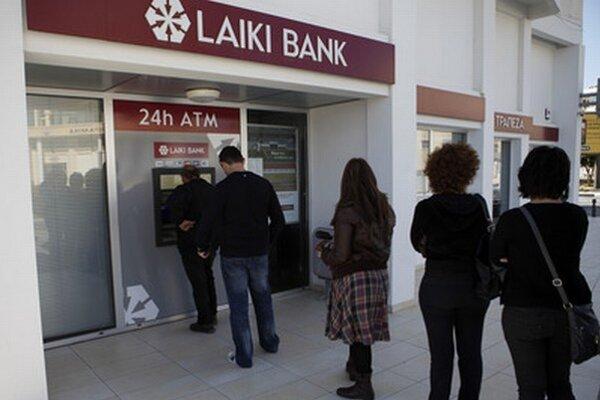 Pred bankomatmi sa tvorili dlhé rady.
