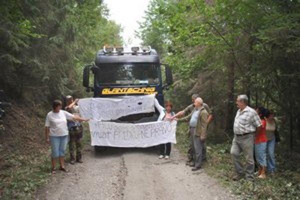Protestná akcia. Ľudia zastavili kamión s drevom.