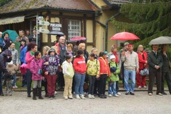 Návštevníci. Neodradil ich ani dážď počas úvodného nástupu.