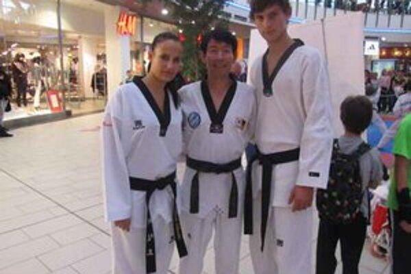 S veľmajstrom. R. Lebovská a A. Angyal s Jae Hee Changom.