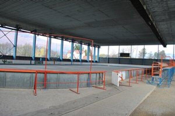 Zimný štadión. Plochu zaľadnia až týždeň pred jeho otvorením.
