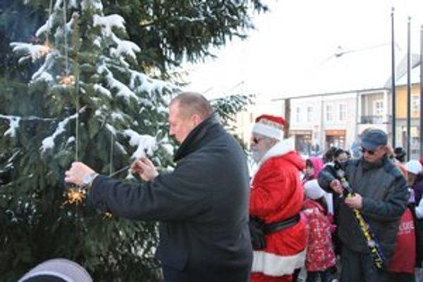 Vianočný stromček. Rozsvietil ho Mikuláš spolu s primátorom mesta.