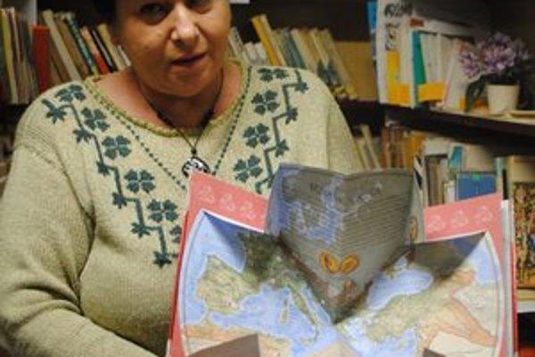 M. Dudášová s novou, zaujímavo riešenou knihou.