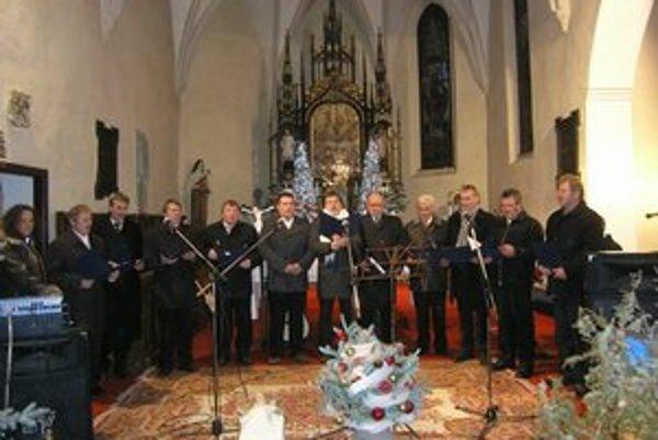 Muži, ktorých baví spev. V repertoári majú hlavne maďarské ľudové piesne.