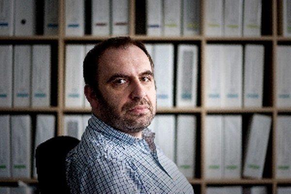 Narodil sa v roku 1977 v Poprade. V rokoch 1981 - 1984 a 1988 - 1992 žil v Alžírsku, kde pracovali jeho rodičia. Vyštudoval Fakultu politických vied a medzinárodných vzťahov na Univerzite Mateja Bela v Banskej Bystrici v roku 2001. V Inštitúte politických