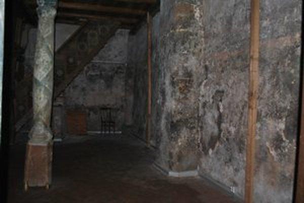 Zvlhnuté múry. Vlhkosť ohrozuje aj vzácne fresky v iných častiach kostola.